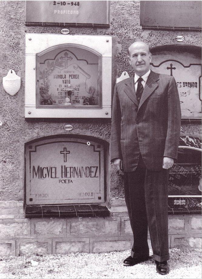 Aleixandre en la tumba de Miguel Hernández